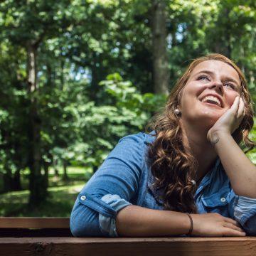 Vrouw ontspannen genieten van de zon
